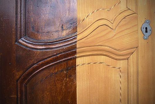 Sablage partiel d'une porte en bois